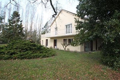Maison 5 chambres. Le Plessis Grammoire a la sortie de Saint Barthelemy d'Anjou. Environnement tres calme. Terrain de plus de 2300m2. Atelier, garage.