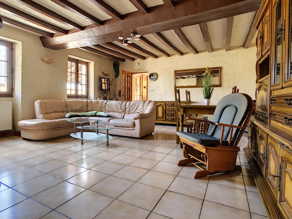 A vendre maison Saint Jean De Linieres.  2 chambres en rez-de-chaussée, 3 garages, jardin clos.