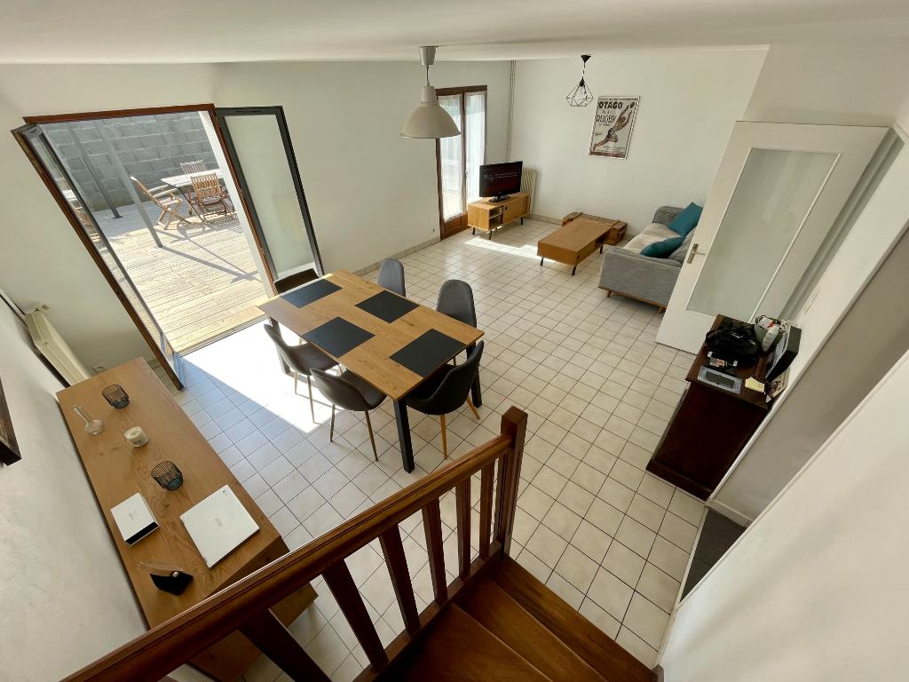 A vendre ANGERS Camus. Maison de ville. 3 chambres, cuisine aménagée équipée, séjour lumineux. Terrasse , garage fermé.
