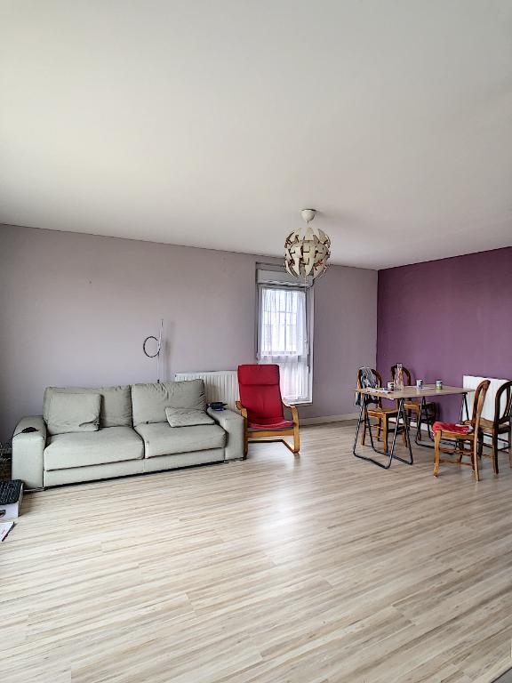 A vendre Angers , appartement type 4 , 3 chambres dernier étage avec terrasse, ascenseur , chauffage individuel et place de parking en sous-sol .