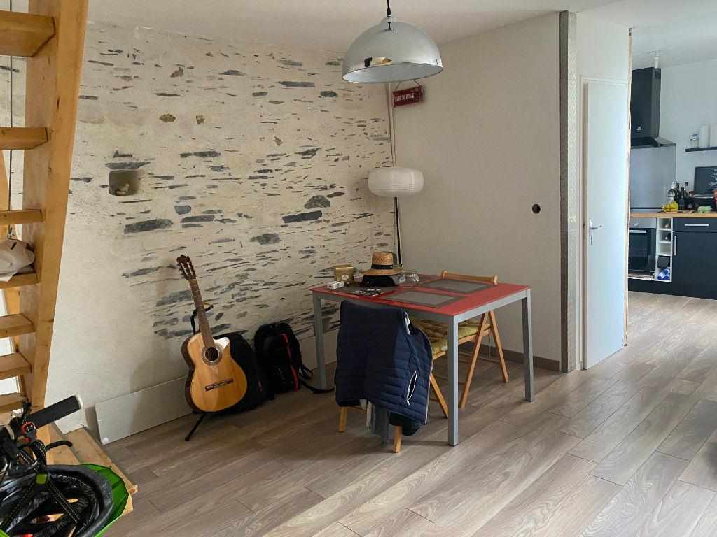 A vendre. Angers coeur de doutre. Appartement type 3, 2 chambres, chauffage individuel, cave.