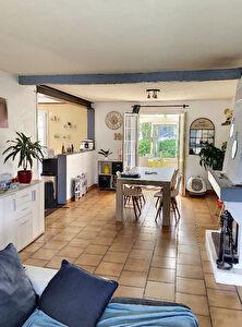 A vendre . Maison lumineuse situee a La Membrolle sur Longuenee. 15 minutes du CHU. 3 chambres, cuisine ouverte amenagee equipee, sejour avec cheminee,  veranda, cave, garage et jardin clos.