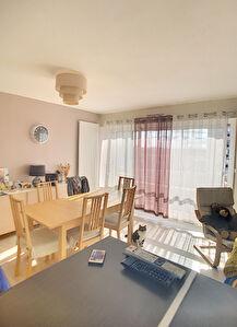 A vendre . Appartement Angers secteur Camus type 3 , dernier etage vue degagee, 2 chambres, cave, balcon, deux places de parking.