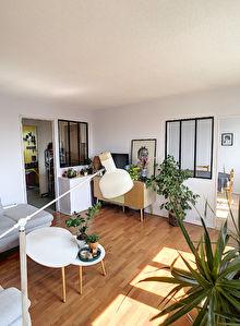 A vendre Angers la Traquette appartement type 4. Petite copropriete. Dernier etage. Cuisine amenagee equipee, 2 chambres, un salon plus un sejour, une cave, un grenier ainsi qu'un box ferme.