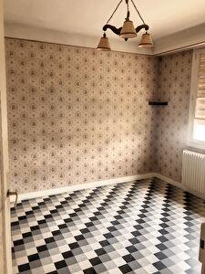 A vendre ANGERS secteur petites pannes. Maison  de plain pied a renover. 2 chambres. Grenier. Dependances, cave, garage et jardin.