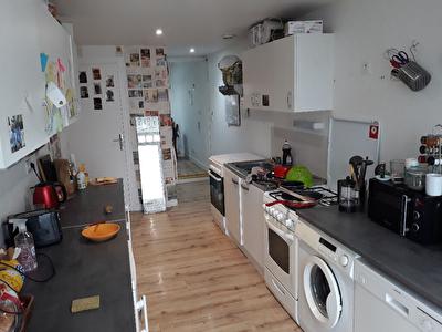 A vendre Angers Belle Beille proche des arrets de bus . Ensemble immobilier avec jardin et garage compose de chambres louees.
