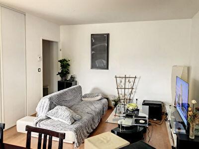 A vendre Angers hopital Barra. Appartement type 2 avec balcon. Residence recente avec ascenseur . Chauffage individuel. Place de parking en sous-sol.