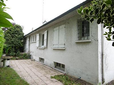 Cote Madeleine - ST JEAN DE LA RUELLE - maison familiale comprenant 4 chambres et 1 bureau - grand sejour et jardin.