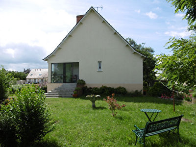 LA CHAPELLE SAINT MESMIN : Maison 7 pieces, sejour 42m2, cuisine amenagee et equipee, garage/hangar.
