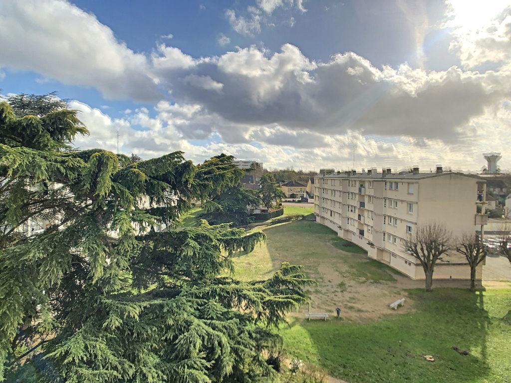 Saint Jean De La Ruelle - Appartement -T2  -Lumineux, avec parking et à 4 min du tram, des commerces et de l'A10