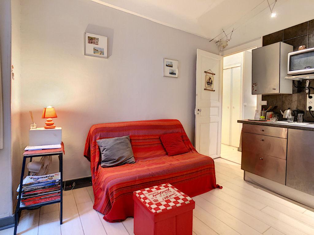A vendre un Appartement au pied de la baie de Saint Jean De Luz 2 pièces 23,18m², chambre avec salle d'eau, kitchenette dans la pièce de vie, WC.