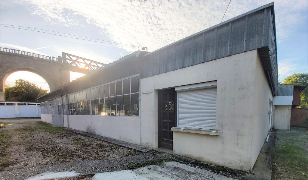 A VENDRE SAINT BENOIT GRAND ENTREPOT PROFESSIONNEL + GARAGES : 390 m² : BELLE RENTABILITE LOCATIVE !