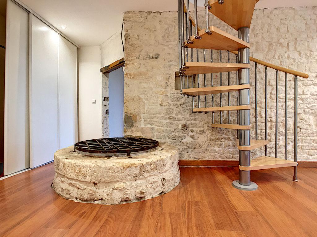 Maison en pierre située au centre de Puilboreau, 2 minutes du centre commercial de Beaulieu et  5 minutes de La Rochelle