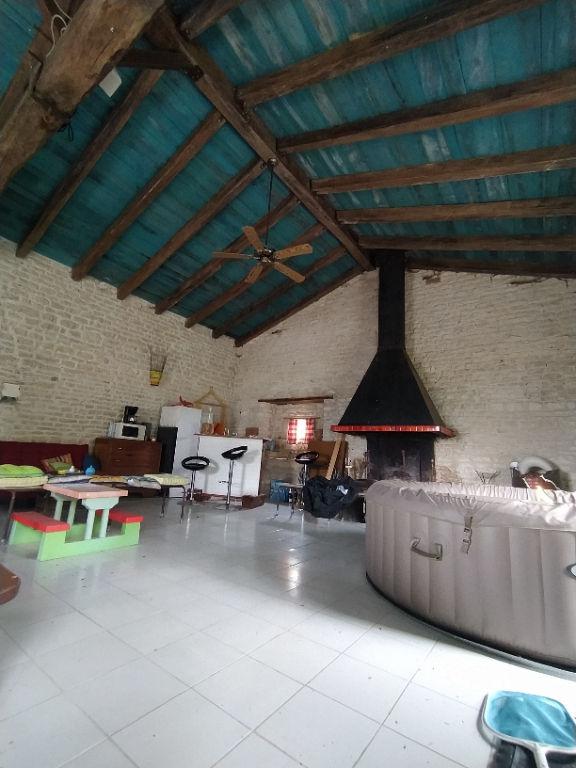 A VENDRE Belle maison en pierre située à Benon  25 minutes de  La Rochelle 5 chambres