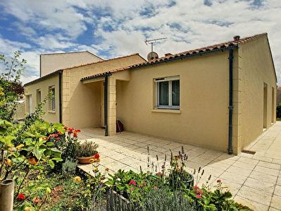 Maison de plain-pied offrant 3 chambres, un garage et jardin situee a Lafond - Puilboreau, 2 minutes de La Rochelle