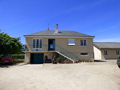 Vivy - 10 minutes Nord Saumur : pavillon des annees 70 avec dependances et sous-sol total sur vaste terrain