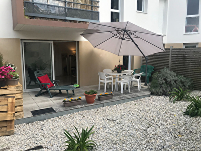 Appartement en rez-de-chaussee avec terrasse exposition ouest, deux chambres, place de parking