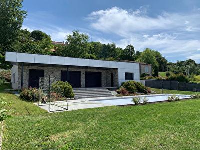 Coteaux de Bon Encontre - Maison moderne d'architecte de 235m2 avec vue comprenant 4chambres, 1 piscine et 3 garages.