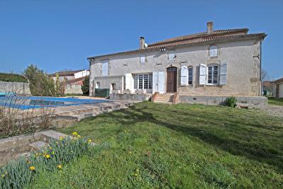 Saint-Hilaire-de-Lusignan - Maison de caractere composee de 5 chambres avec piscine et dependances