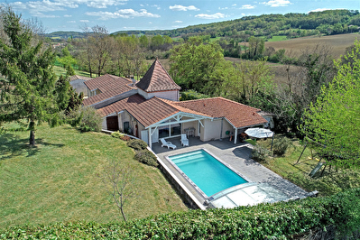 Maison de plain-pied avec 5 chambres, piscine et triple garage sur un terrain dominant de 4500 m2 environ.