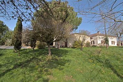A vendre a BON ENCONTRE - Propriete en pierre avec piscine sur un terrain de 7000 m2.