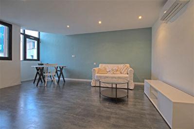 A LOUER - AGEN HYPER-CENTRE - Appartement meuble de 2 pieces principales avec bureau de 61 m2