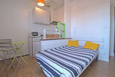 A LOUER - Hypercentre - Studio meuble avec balcon