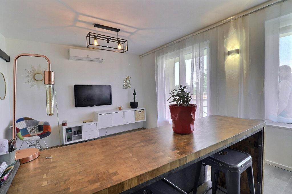 St Genis-Laval, studio climatisé, 24 m2 + box fermé.