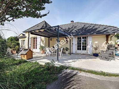 Maison avec piscine  9 pieces commune de Seilhac - 4 chambres - 1 sde - 1 sdb - 1 buanderie - cave - 1 garage