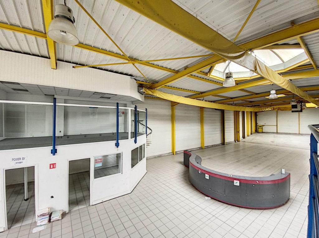 Local commercial / Entrepôt  1524 m² - Brive La Gaillarde -  2 aires de stockage - 1 atelier - 1 salle d'exposition - 7 bureaux - 1 salle de réunion - 1 local technique - 2 vestiaires - 3 wc - 1 auvent de stockage - parking