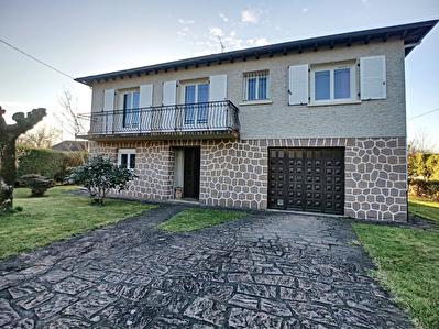 Maison Tulle 7 pieces - 1 salon /sejour - 5 chambres - 1 salle d'eau - 1 salle de bains - 1 cuisine - 2 WC - 2 balcons - 1 terrasse - 1 garage double