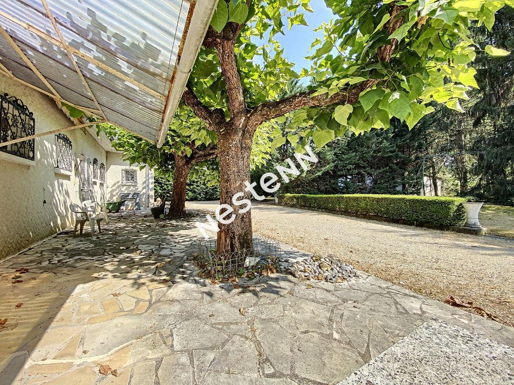 Larche (19600) - Propriété 220m²  - 4 Chambres - 4 garages - 1 cave - Terrain 3848 m² arboré et cloturé
