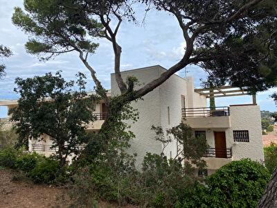 Appartement Hyeres-Giens, une piece, Vue Mer, balcon, parking prive.