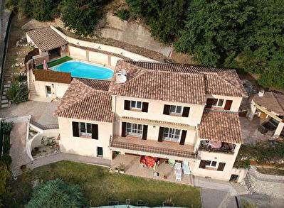 Villa avec piscine et dependances