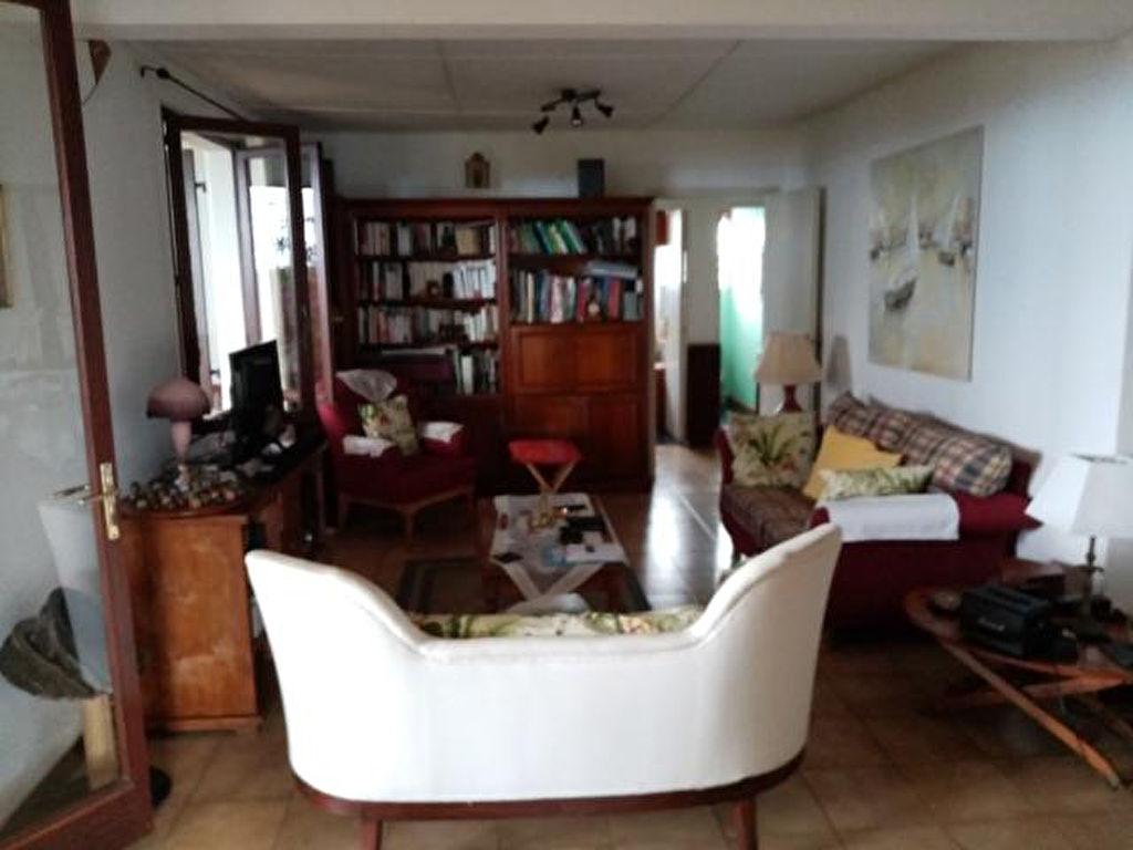 A vendre  à Saint Denis Villa 5 pièces de plain pied  sur terrain de 534m2 Le Golf  (la Montagne)