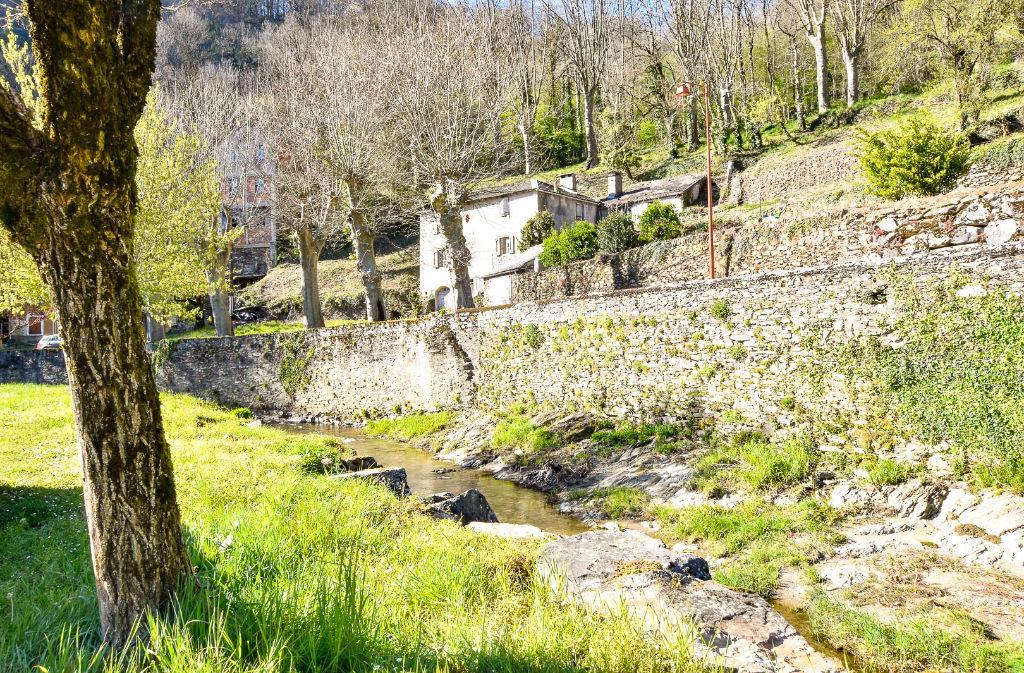Maison de village en bordure de rivière