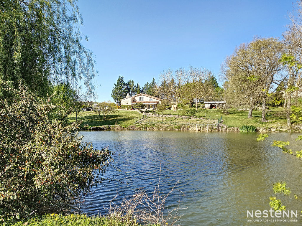 A vendre maison en pierre avec lac  sur un terrain de 12582 m²