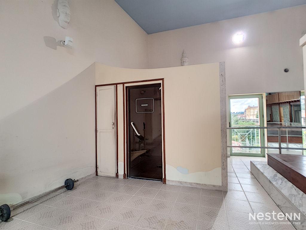 A vendre Bâtiment en pierre de 710 m² et parking de 360 m² à Condom