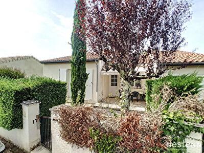 A vendre maison de 3 chambres avec garage et jardin proche de commerces