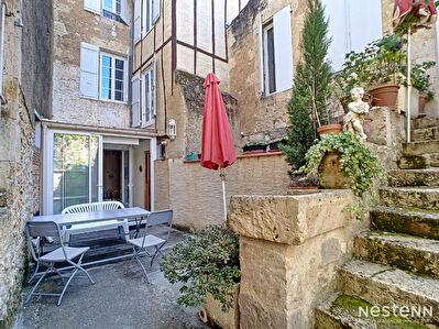 A vendre maison en pierre sur 2 etages avec 4 chambres et cour interieure