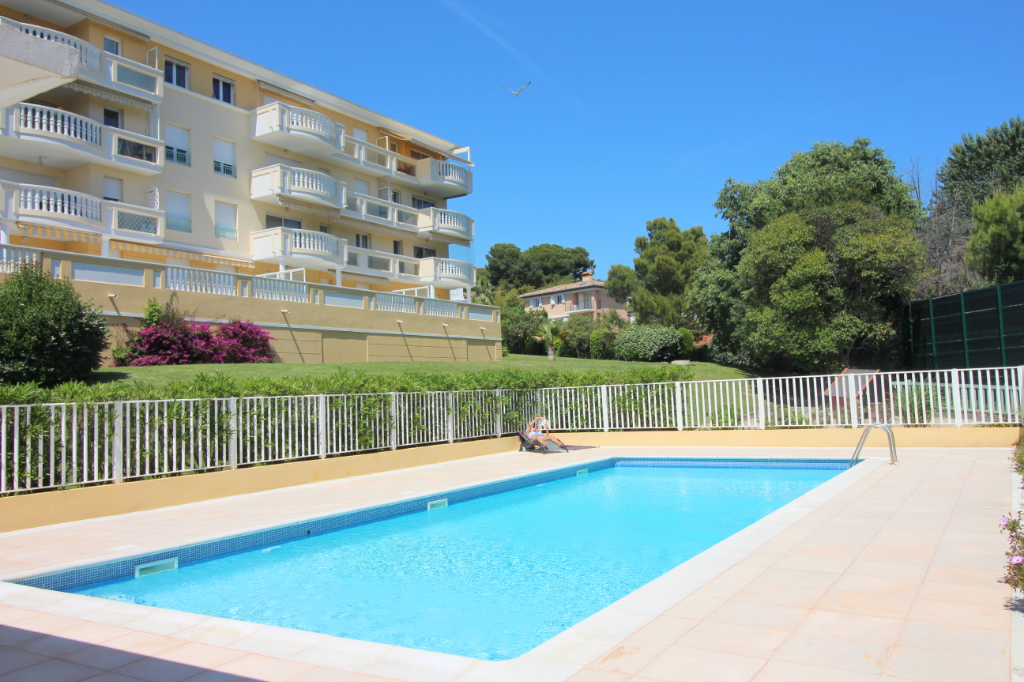 Appartement Antibes 4 pièces 77m² dernier étage piscine parking cave triple exposition terrasse option grand garage