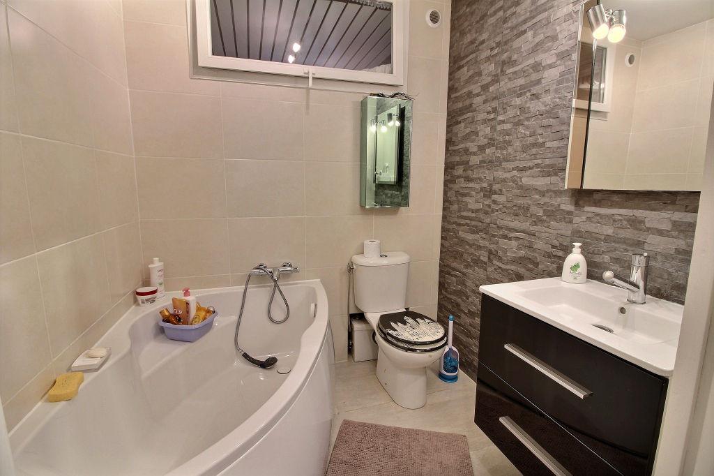 Antibes : Villa 225m²  divisée en deux appartements + piscine  secteur résidentiel  et calme