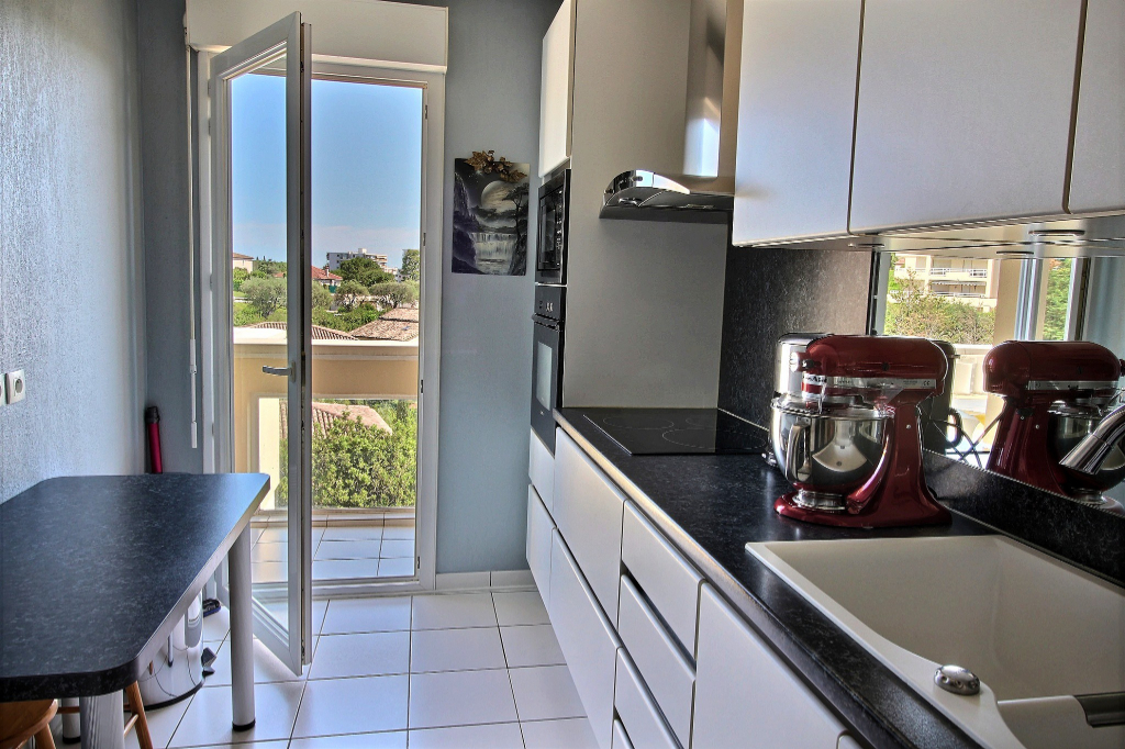Appartement Antibes 4 pièces 77m² dernier étage piscine parking cave triple exposition terrasse option grand garage