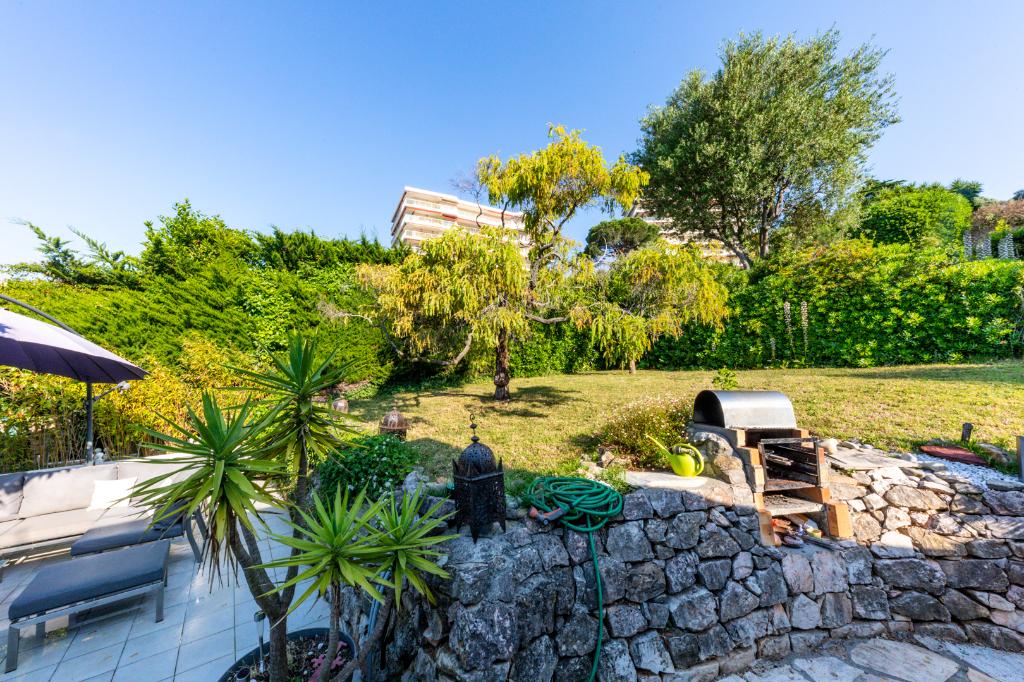 Antibes Villa proche centre ville  5 pièces, 3 chambres, terrasses, parkings, accès piscine.
