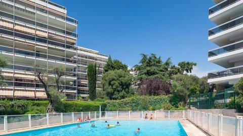Juan les pins :  Mas de Tanit  : Studio 32 m2 + terrasse  + piscine + GRAND GARAGE proche plages