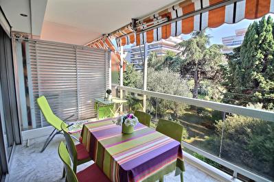Juan les pins :  proche plage Mas de Tanit  : Studio 32 m2 ( avec son coin nuit  )+ terrasse  + piscine + GRAND GARAGE