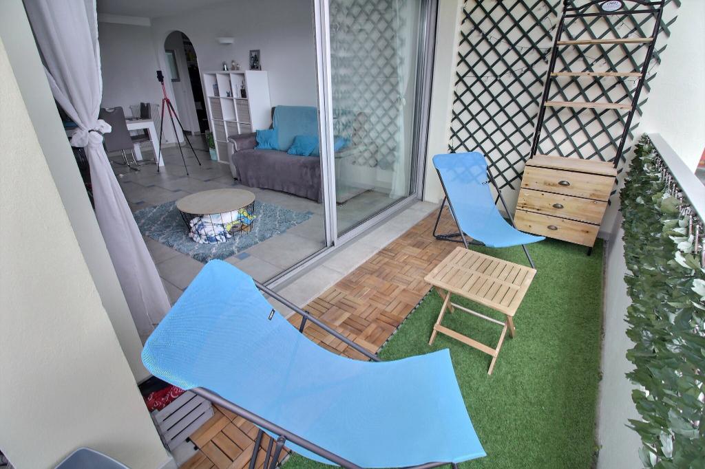 Antibes 3 pièces de 75 m2 en dernier étage + vue mer + rénové + parking + cave