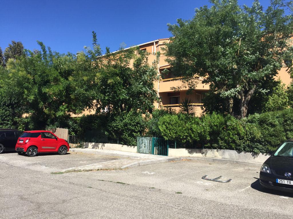 appartement T2 bis très proche remparts, parking.