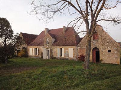 Ancienne maison debut 19 eme et terrain de 2 hectares.