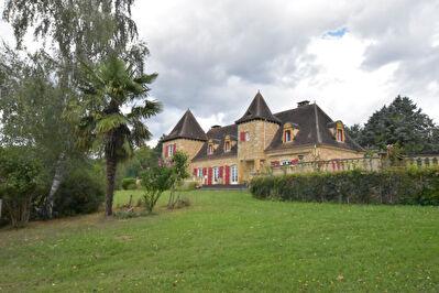 Maison en pierre, vue dominante situee a l'est de Bergerac et proche des commodites !